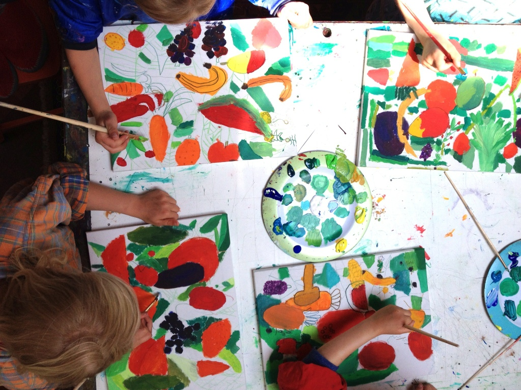 Jikke, Carolien, Norah en Pien zijn aan het werk voor de muurschildering in de Voortuin
