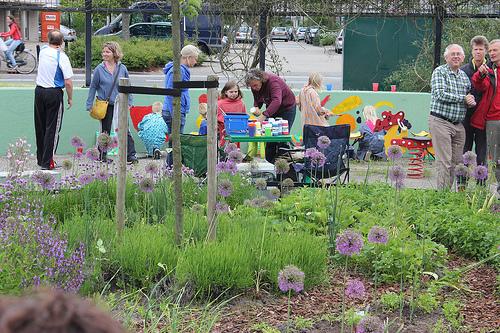 Martien Op den Velde maakt samen met kinderen uit de buurt een muurschildering