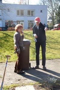 Brigitte en Dick overleggen over de groentebedden